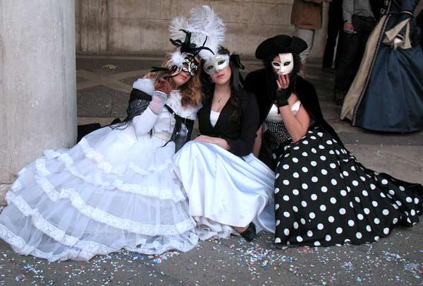 Млади жени, облечени в типичния романтичен и женствен стил, характерен за карнавала във Венеция. Снимки: Светослава Банчева