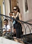 Джоли с децата си Захара и Мадокс. Снимка: Ройтерс