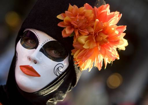 Маскиран мъж по време на карнавала във Венеция. Карнавалът започва да се провежда през XV век, с него Италия изпраща зимата. Снимка: Ройтерс
