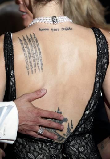 Татуировките по гърба на Анджелина Джоли. Снимка: Ройтерс
