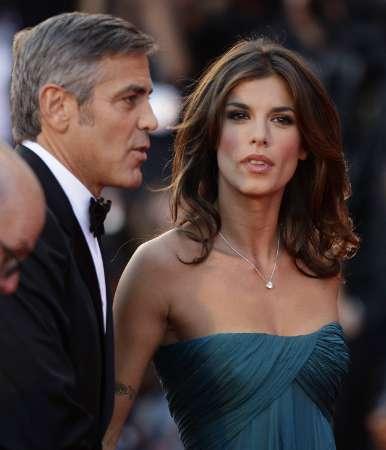 """Във Венеция 66-ият кинофестивал наближава своя бляскав финал, който ще бъде на 12 септември с церемония по награждаване на носителите на """"Златен лъв"""". Тази година председател на журито е режисьорът Анг Лий. Един от най-очакваните гости бе актьорът Джордж Клуни. Той дойде с приятелката си Елизабета Каналис (вляво) за прожекцията на филма """"The Men Who Stare At Goats"""" Снимка: Ройтерс"""