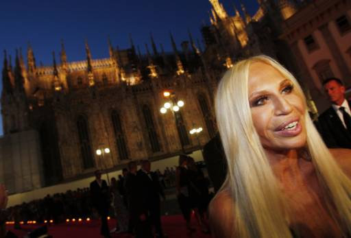 """Сестрата на дизайнера Донатела, която пое модната империя след смъртта му, пристига в """"Ла Скала"""". Снимка: Ройтерс"""