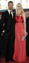 Моделът Клаудия Шифър и актьорът Рупърт Еверет. Снимка: Ройтерс