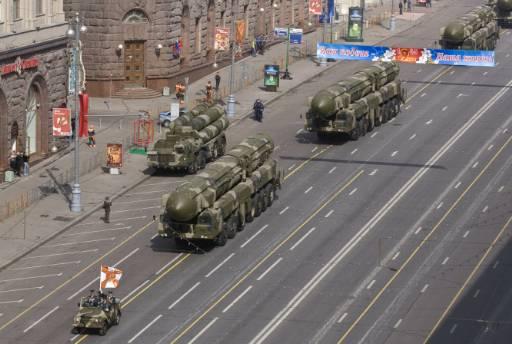 """Военни машини с балистични ракети се движат по улица """"Тверская"""" в Москва по време на военния парад за 9 май. Снимка: Ройтерс"""