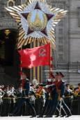 Войници носят знамето на Съветския съюз, докато маршируват на парада за Деня на победата. Снимка: Ройтерс