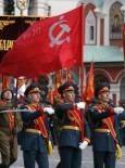 Войници маршируват със знамето на Съветския съюз. Снимка: Ройтерс