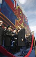 Руският президент Дмитрий Медведев (в средата) стиска ръката на ветеран от войната на Червения площад в Москва. Бомбардировачи и изтребители, междуконтинентални балистични ракети, танкове, бронирана техника и редици с войници триумфираха по Червения площад по време на празненствата за Деня на победата над нацистка Германия. Снимка: Ройтерс