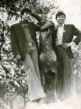 Виетнамски студенти се снимат за спомен в парк в София. Снимка: Личен архив