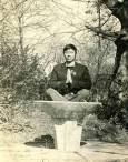 Виетнамски студент се снима за спомен в парка в София. Снимка: Личен архив