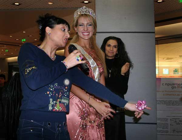 Софи Маринова и Мис България Антония Петрова по време на благотворителната акция на съквартирантите в Сити центъра. Снимки: Булфото