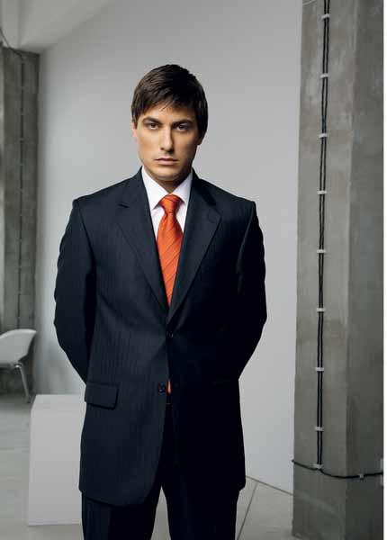 Владо Карамазов в костюм от колекция есен-зима 2009 на Андрюс фешън студио. Снимка: Андрюс фешън студио