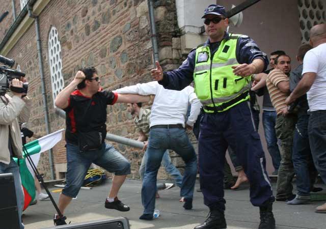 """Агитката на """"Атака"""" преминава в атака към джамията. Снимка: Импакт прес груп"""