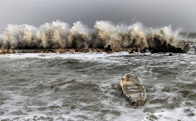 5 до 7 метрови вълни заливат Черноморското крайбрежие. На снимката - Кранево. Снимки: Impact Press Group