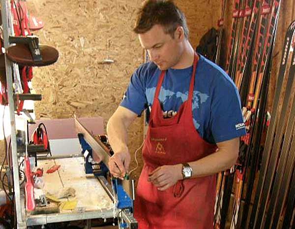 Хофер Райнер, един от четиримата специалисти по слагане на вакса на ските за спускане на австрийския национален отбор по ски, работи в Банско. Снимки: авторката