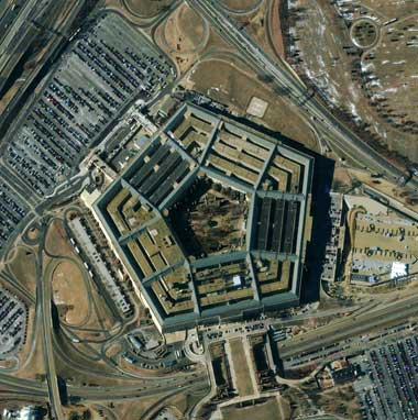 Сателитна снимка на сградата на Пентагона във Вашингтон. Тук работят 20 000 души, а общата дължина на коридорите е 27 км. Военните служители са длъжни да спазват специалния Пътеводител на Пентагона за използване на коридорите, предвиден за коледните празници. Снимка: Университет на Северна Каролина