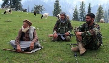 Войници от националната армия на Афганистан с местен жител. Снимка: Армия на САЩ