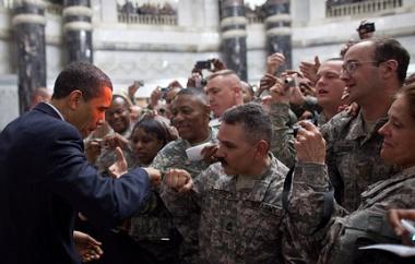 Барак Обама се среща с американски войници в Багдад. Снимка: Белия дом
