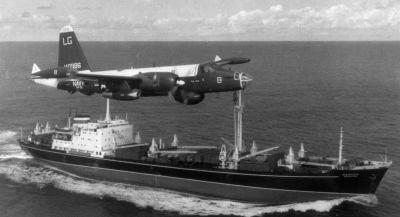 Американски самолет патрулира над съветски товарен кораб през октомври 1962 г. Снимка: Национален архив на САЩ