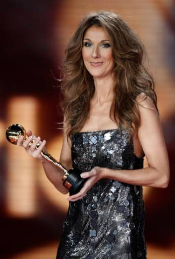 Селин Дион държи статуетката за най-успешна изпълнителка в историята на попмузиката. Тя й беше връчена на церемонията по раздаването на Световните музикални награди в Монте Карло. Снимка: Ройтерс