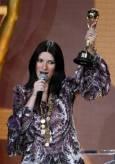 Певицата Лаура Паузини с наградата за най-успешна италианска изпълнителка. Снимка: Ройтерс