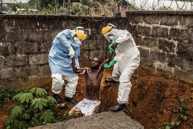 """Пит Мюлер (САЩ), медицински работници във Фрийтаун връщат в изолатора избягал от него мъж, изпаднал в делириум от ебола. Първа награда в категорията """"Новини"""" със серия за National Geographic/The Washington Post."""