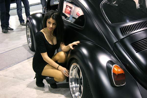 """Момиче се снима с реставриран модел на """"Фолксваген Бийтъл"""", известен още като """"костенурка"""" в изложбен салон в София. Традиционното изложение на автомобили """"Фолксваген"""", организирано от """"Фолксваген""""-клуб България събра през уикенда любители на марката от цялата страна. Снимка: e-vestnik"""