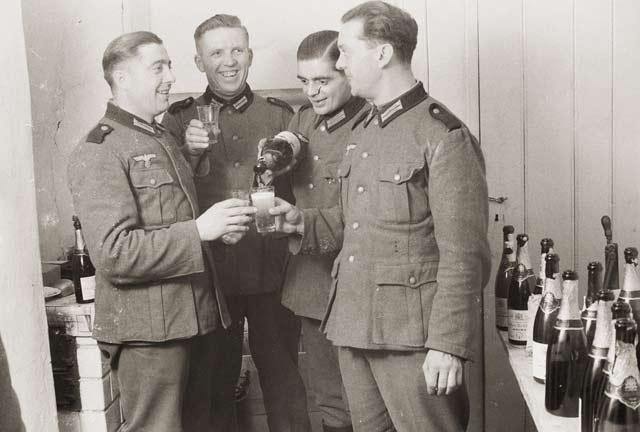 Немски войници пият шампанско, Франция, 1940-1944, неизвестно място. Снимка: Винтидж фото, джърман солджър 1900-1945 г.
