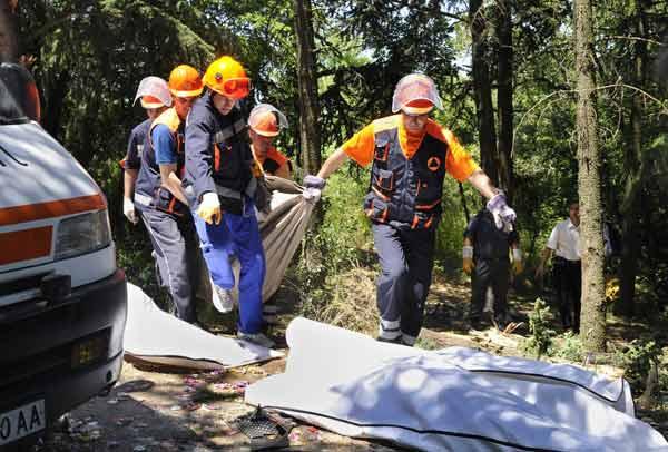 Спасители изкарват тела на загинали. Снимка: Булфото