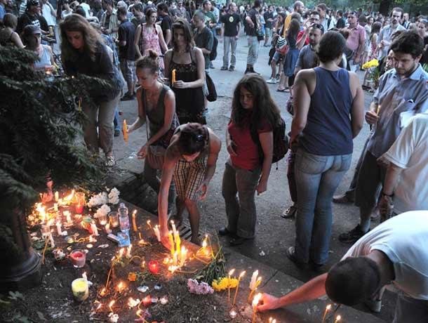 Кадри от вчерашното шествие в парка в София, в памет на 28-годишната Яна, удушена преди 10 дни на това място. Повечето медии не показаха шествието, защото се възприема от тях донякъде като протестно срещу полицията и властта. Снимка: Асен Тонев