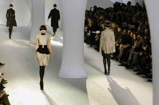 """Манекенки представят модели от колекцията есен-зима 2008/09 на италианския дизайнер Стефано Пилати за модна къща """"Ив Сен Лоран"""" в Париж. Снимка: Ройтерс"""