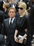 Италианският дизайнер Валентино (вляво) с Клаудия Шифър на погребението на френския дизайнер Ив Сен Лоран в Париж. Снимка: Ройтерс