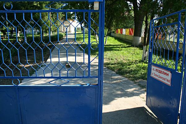 Зад синята ограда се простира Защитеното жилище за хора с интелектуални затруднения в село Куделин. Снимки: авторката