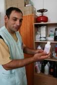 Иван показва шишенце спирт. Мечтата му е да бъде санитар. Снимки: авторката