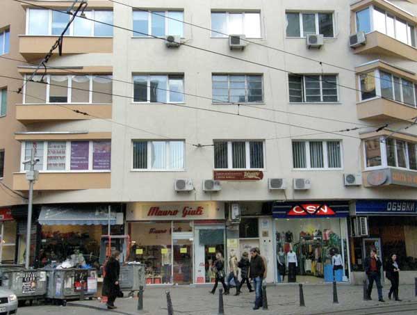 """Улица """"Граф Игнатиев"""", ъгъла с площад """"Гарибалди"""". Витрините на магазините опират до долу. Дели ги само тънка лайсна от повърхността на тротоара. Снимка: e-vestnik"""