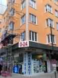"""Как ще се отрази на тази сграда, на ъгъла на бул. """"Витоша"""" и """"Солунска"""",  премахването на двете ъглови стени на партерния етаж и замяната им с витрини. Снимка: e-vestnik"""