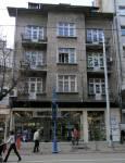 """Търговският бул. """"Витоша"""". Магазин, разположен под три жилищни помещения с огромна витрина. Във вътрешността на магазина е оставена част от стената, вероятно да поема теглото на горните три етажа. Снимка: e-vestnik"""
