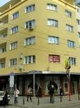 """Ъглова сграда на """"Графа""""- отдолу огромни витрини в двете перпендикулярни една на друга външни стени. Снимка: e-vestnik"""