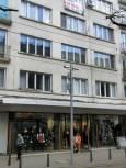 """В тази сграда, намираща се на ул. """"Граф Игнатиев"""" срещу книжния пазар на площад """"Славейков"""", се вижда, че три помещения са превърнати в един магазин. Какви ли са намесите в конструкцията на сградата? Снимка: e-vestnik"""