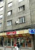 """Колко ли тухли са избити от партерния етаж, за да се направи това заведение за бързо хранене на """"Графа""""? Снимка: e-vestnik"""