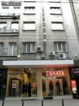 Какво ли поддържа етажите над този магазин на улица