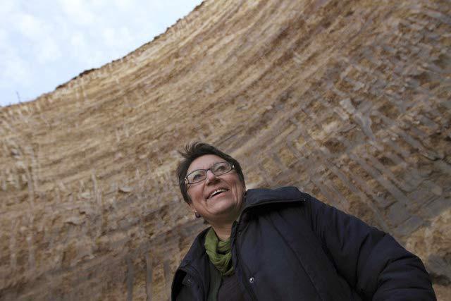 Проф. Диана Гергова пред могилата, където са открити златните накити. Снимка: Impact Press Group
